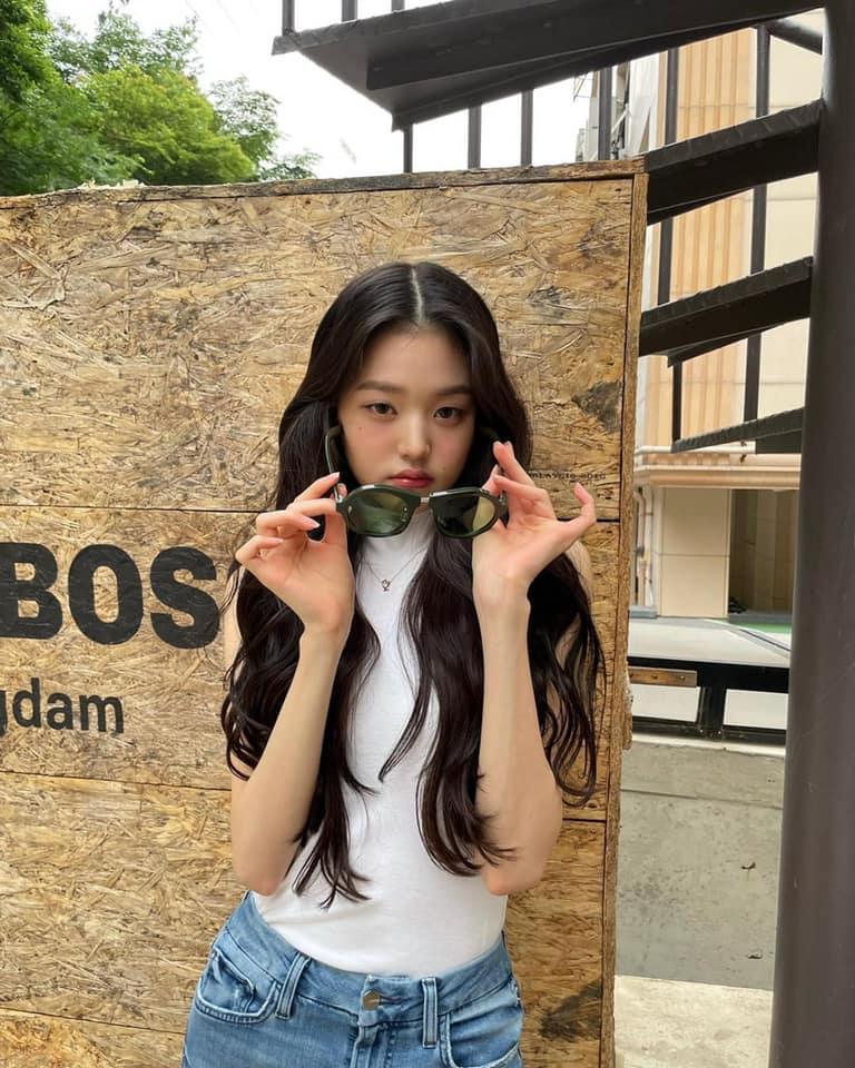 Cách biểu cảm của Won Young trong loạt ảnh thường ngày cũng hướng tới hình ảnh quyến rũ, trưởng thành hơn. Netizen đặt ra câu hỏi: Liệu Jang Won Young có đang cố tỏ ra là người lớn, chạy theo concept sexy một cách quá sớm.