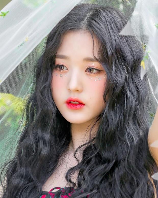 Jang Won Young là gương mặt đại diện cho thế hệ Gen 4 khi sở hữu visual xinh xắn như búp bê, tỉ lệ cơ thể trong mơ và danh tiếng khi chỉ ở độ tuổi teen. Ngay từ khi mới ra mắt, cô nàng được khen ngợi là sinh ra để làm người nổi tiếng vì nét đẹp sáng lấp lánh, gương mặt chỉ nhìn một lần là ấn tượng. Ở độ tuổi 15, Won Young đã là center của nhóm nhạc đình đám IZONE, sau khi nhóm tan rã, cô nàng tiếp tục là cái tên gây sốt, liên tục nhận hợp đồng quảng cáo giá trị.