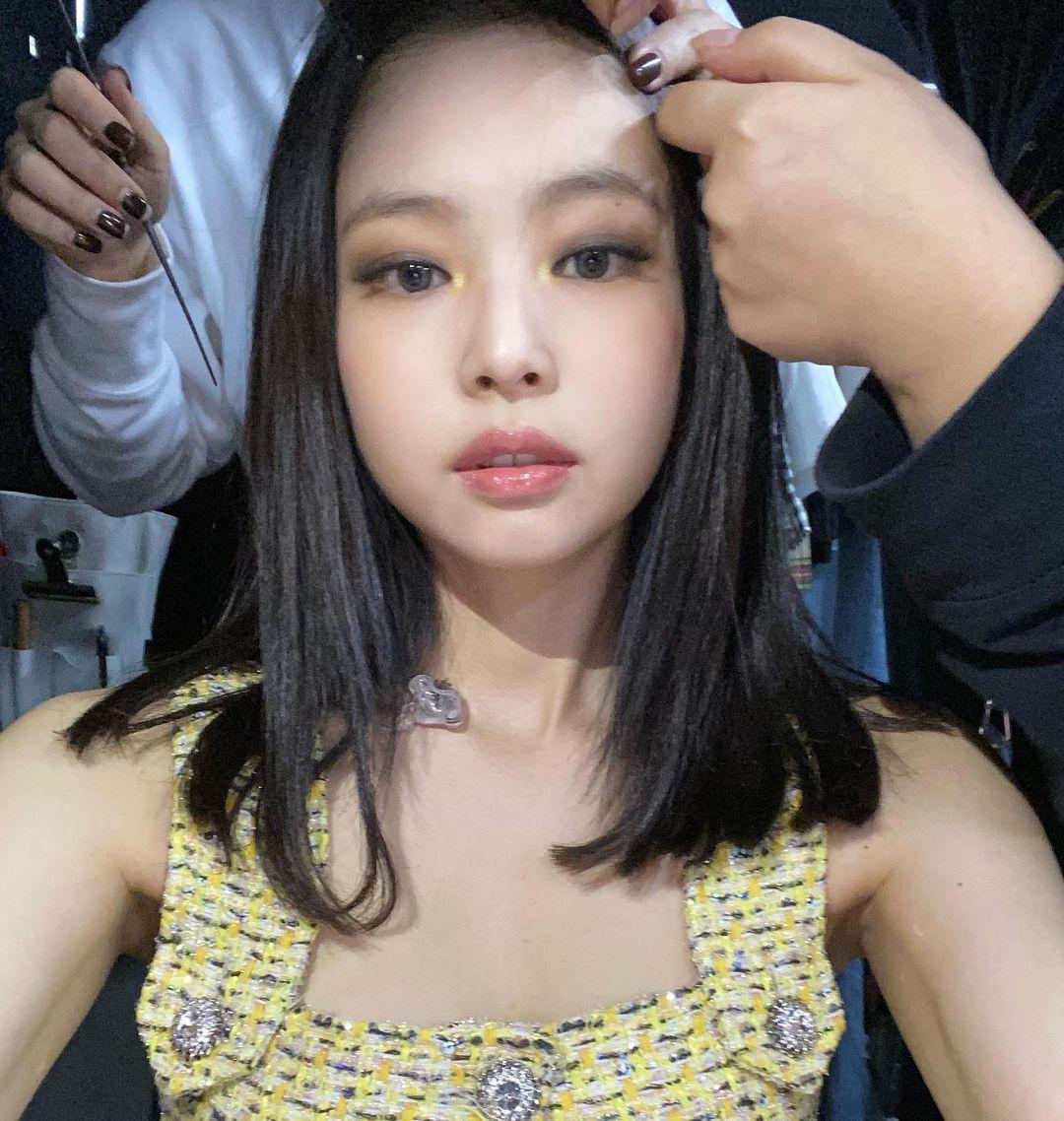 Nữ idol có sở thích tự selfie khoe cận cảnh gương mặt khi đang được các chuyên gia tút tát.
