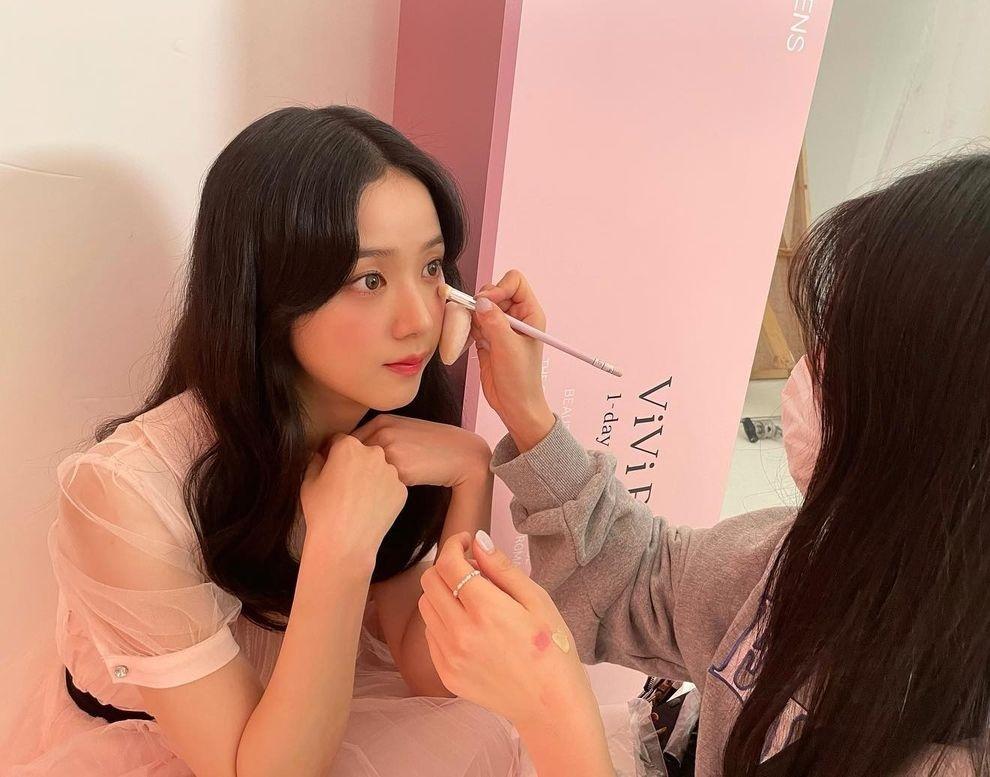 Khoảnh khắc Ji Soo mở đôi mắt to tròn chăm chú nhìn chuyên gia trang điểm khiến fan đua nhau khen cô nàng trông xinh xắn, đáng yêu chẳng khác gì búp bê.