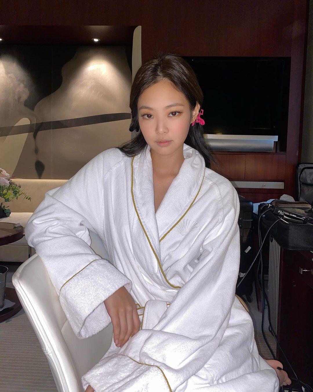 Trong những lần ghi lại ảnh hậu trường khi đang makeup, Jennie luôn khoe khí chất đỉnh cao dù lớp trang điểm chưa hoàn thiện.