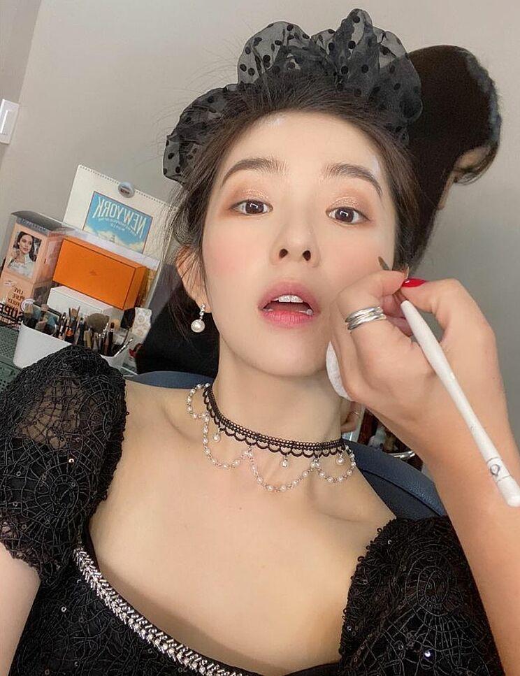 Gương mặt của Irene chưa trang điểm xong nhưng không ảnh hưởng gì đến thần thái ngời ngời của nữ thần Kpop.