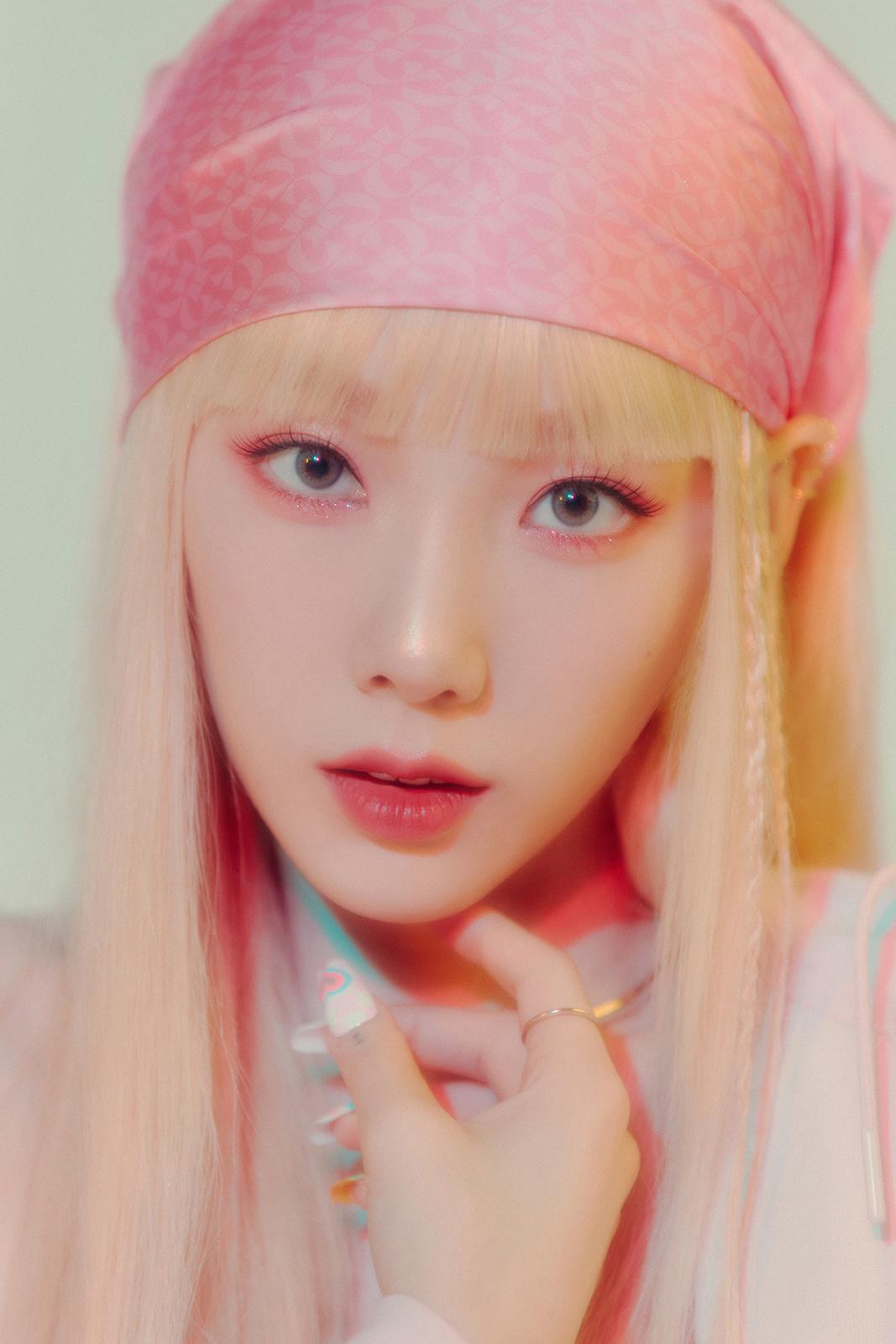 Nhìn những layout makeup đỉnh cao của Tae Yeon, netizen lại thêm trầm trồ về độ sáng tạo của đội ngũ trang điểm nhà SM. Bao nhiêu năm nay, các idol của công ty vẫn luôn có visual nổi bật nhờ được áp dụng lối trang điểm phù hợp.