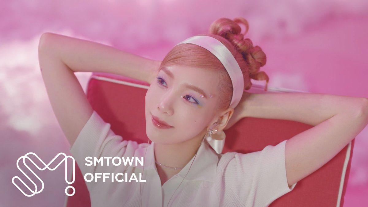 Lối trang điểm kiểu kỳ lân đậm chất thần tiên cũng từng được Tae Yeon áp dụng trong MV và tạo nên cơn sốt. Nhiều cô gái cũng muốn thử nghiệm kiểu makeup đầy màu sắc cực kỳ phù hợp với mùa hè này.
