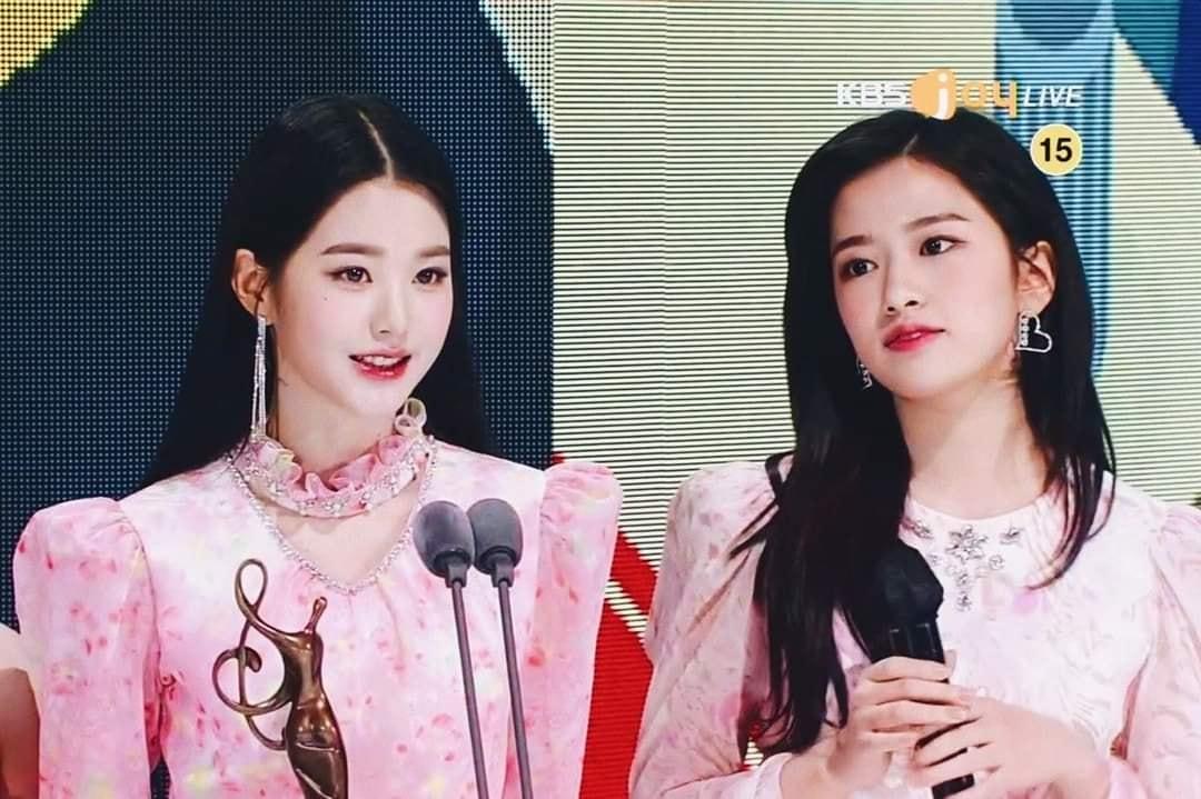Khoảnh khắc chung khung hình của Woo Young và Yu Jin được đánh giá là bữa tiệc visual đỉnh cao ở lễ trao giải nhờ khí chất idol tỏa sáng.