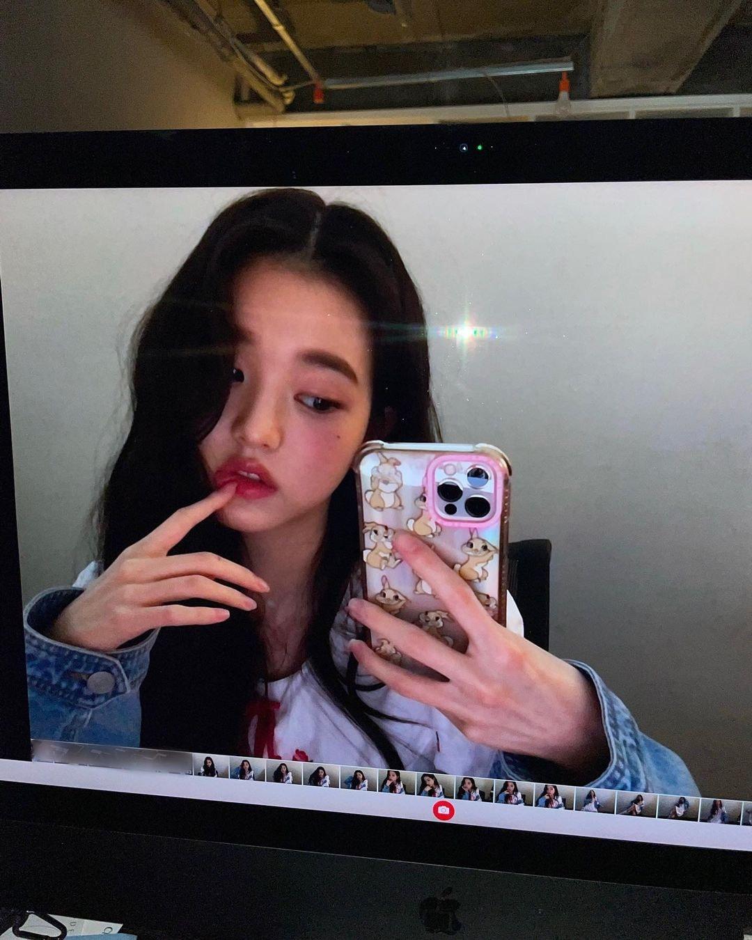 Jang Won Young gây tranh cãi với kiểu trang điểm và cách tạo dáng chín ép trong các bức ảnh Instgram. Nữ idol sinh năm 2004 khác lạ với đôi môi căng đầy gợi cảm và kiểu tạo dáng tay cố ý tạo ra vẻ sexy.