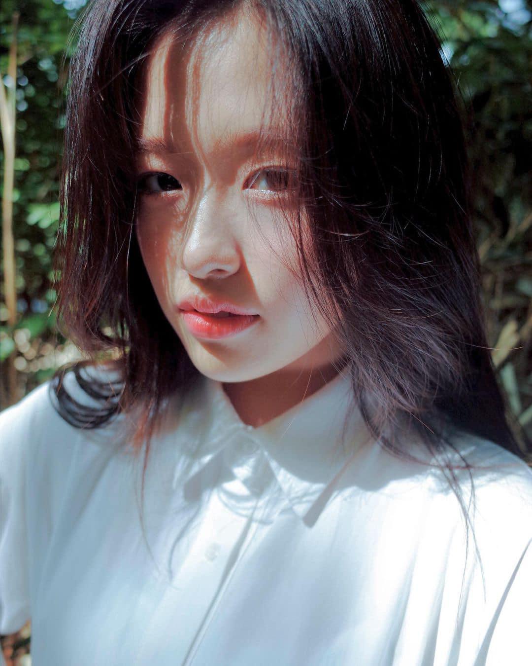 Trái ngược với Jang Won Young, Ahn Yu Jin lại nhận được nhiều bình luận tích cực bởi vẻ đẹp thuần khiết, trong sáng như tình đầu trong các bức ảnh trên Instagram.