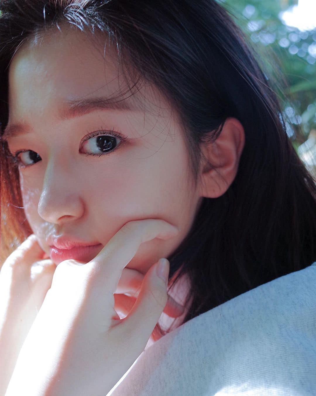 Cô nàng trang điểm nhẹ, tự tin khoe đường nét trong các bức ảnh chụp cận. Yu Jin giống như nhân vật nữ chính trong poster phim điện ảnh lãng mạn.
