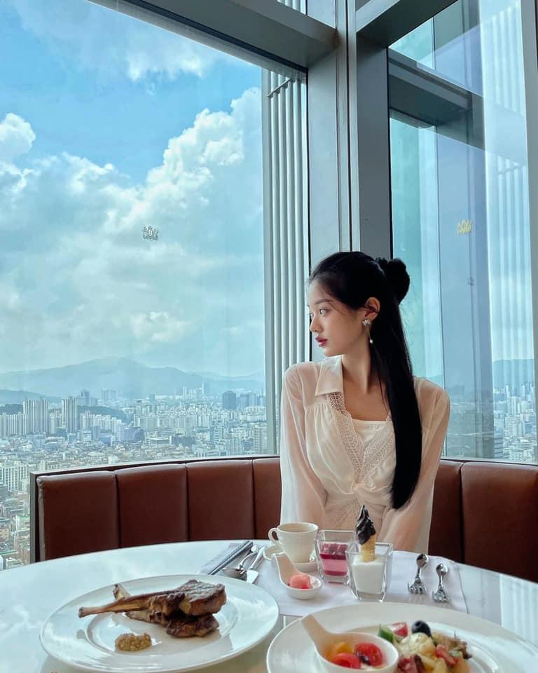 Loạt ảnh mới của Jang Won Young tiếp tục trở thành đề tài tranh cãi lớn trên Pann. Thậm chí có tin đồ nữ idol phẫu thuật thẩm mỹ vì góc mặt nghiêng khác lạ.