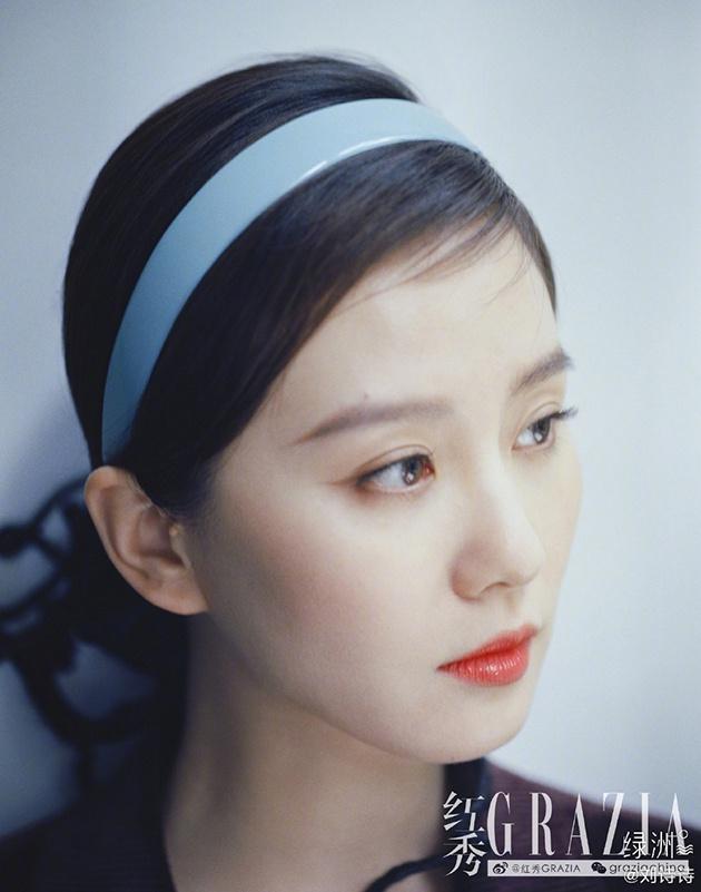 Lưu Thi Thi như các tiểu thư quý tộc với chiếc băng đô nhựa màu tông xanh tươi mát, nổi bật trên nền tóc tối màu được tạo kiểu búi thấp sang trọng.
