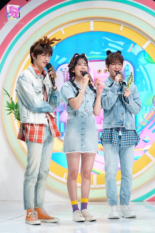 Khi đứng trên sân khấu Inkigayo với tư cách MC, Ahn Yu Jin thường lên đồ theo phong cách gần gũi, năng
