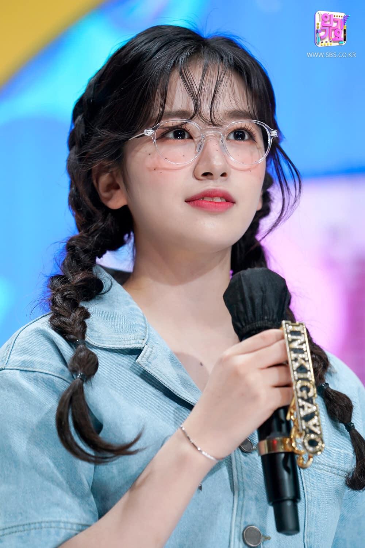 Kiểu tóc và style trang điểm của nữ idol sinh năm 2004 rất ăn rơ với trang phục.