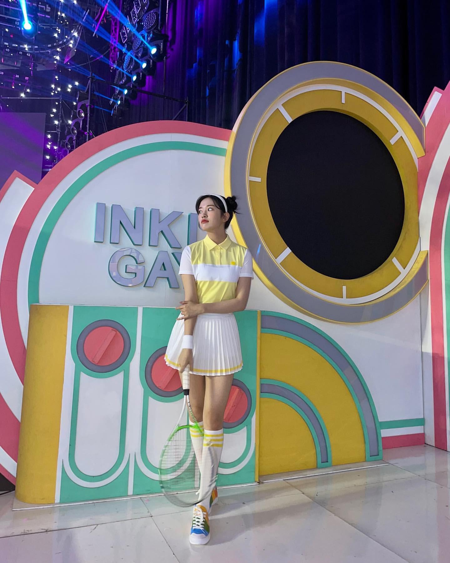 Style thể thao rất được Yu Jin ưa chuộng vì phù hợp với vóc dáng cao ráo, body khỏe mạnh và thần thái tươi vui năng động.