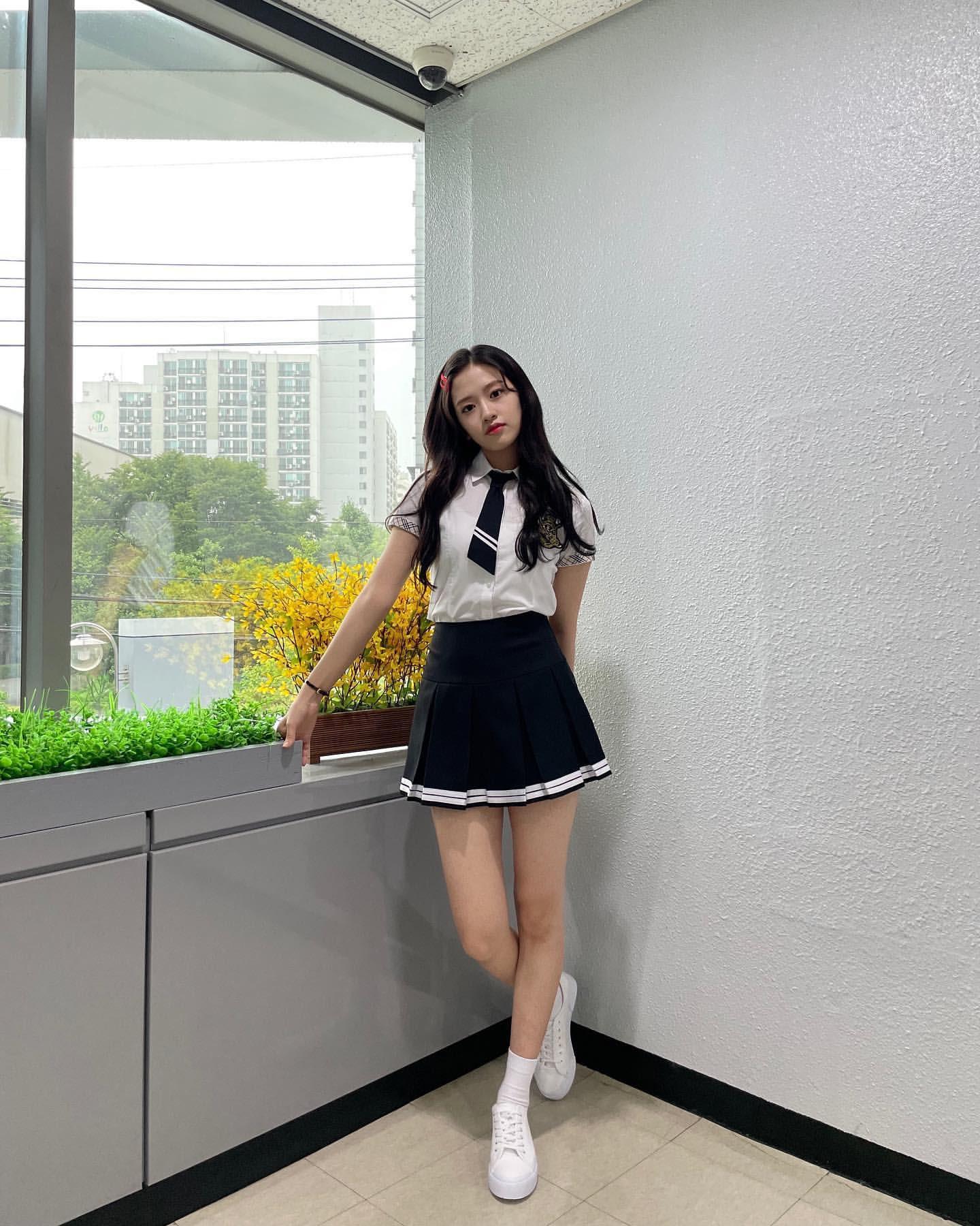 Khi diện set đồ theo phong cách nữ sinh đơn giản, Yu Jin vẫn rất nổi bật nhờ đôi chân thon dài siêu hack dáng.