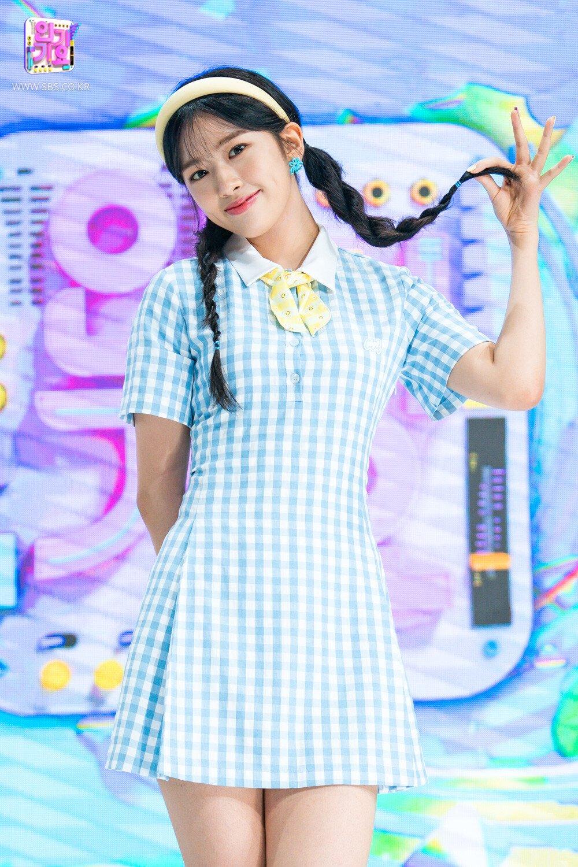 Tại Inkigayo hôm 11/7, Ahn Yu Jin có tạo hình đáng yêu với chiếc váy họa tiết Gingham tông màu xanh trắng trẻ trung.