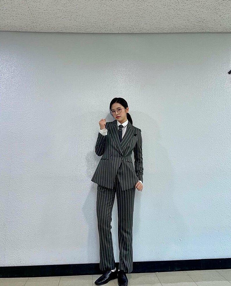 Yu Jin cá tính như một soái tỷ khi diện set đồ theo phong cách menswear thời thượng.