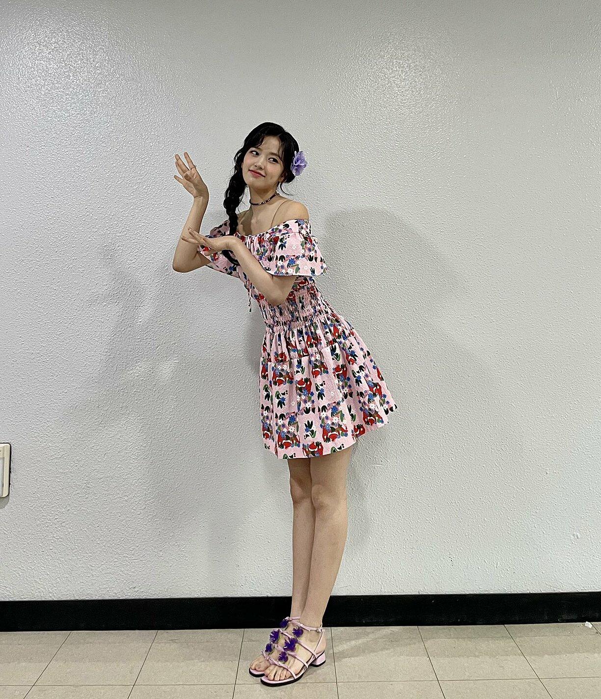 Ahn Yu Jin ngọt ngào và sống động như một ly nước hoa quả ngày hè khi mặc bộ đầm có họa tiết nhiệt đới.