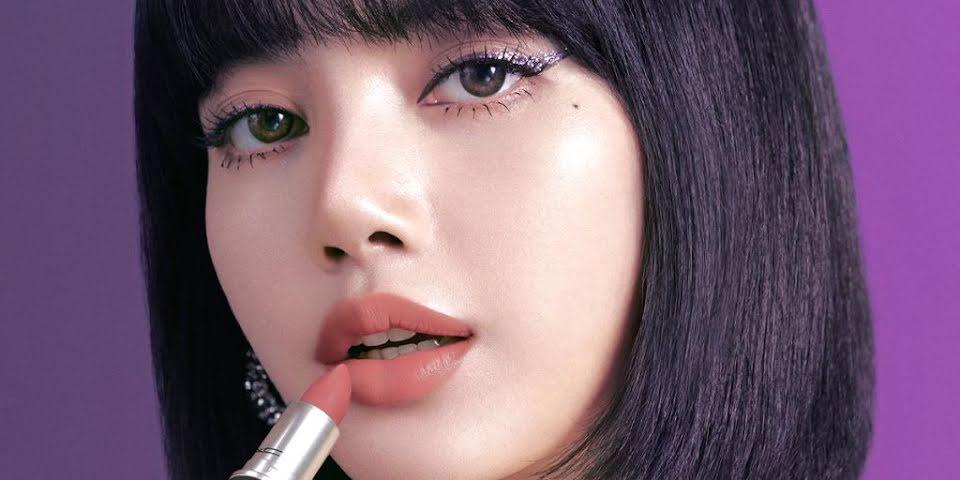 Một trong những kiểu trang điểm quen thuộc nhất của Lisa là kẻ eyeliner bằng màu nhũ lấp lánh hoặc các tông nổi bật. Nếu không có mí mắt to sâu và đôi mắt to tròn, người đẹp khó có thể chinh phục style này đẹp đến vậy.