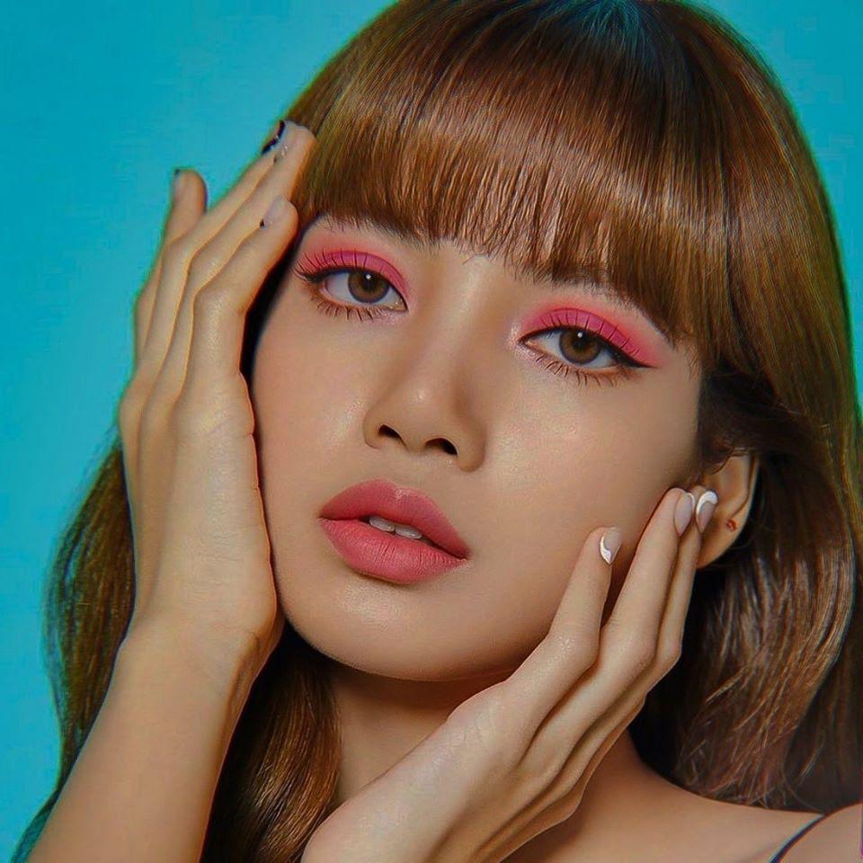 Nữ idol cũng từng thử kiểu trang điểm mắt màu gì, môi màu đó với tông hồng chủ đạo. Nếu là người khác, kiểu makeup mắt này trông rất giống bị đánh nhưng với Lisa thì vẫn hút hồn.