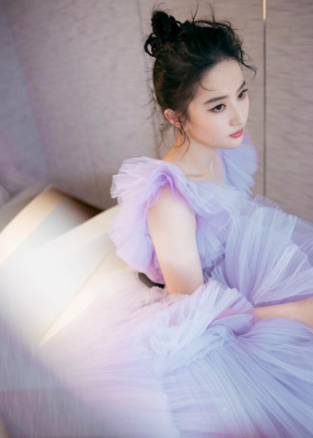 Gam tím pastel mộng mơ cùng hiệu ứng đặc biệt của mẫu váy xếp phồng tỉ mỉ giúp Lưu Diệc Phi được khen ngợi hết lời.