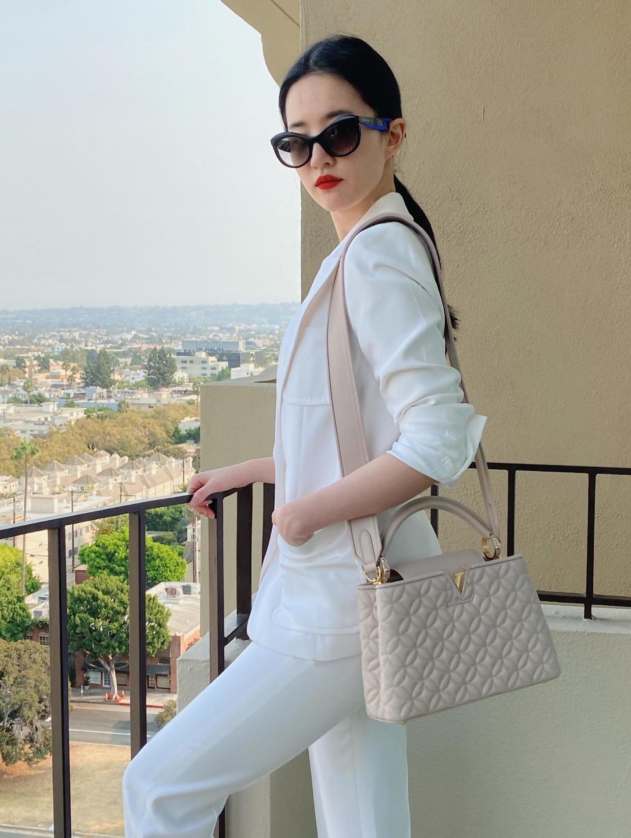 Thần tiên tỷ tỷ chọn trang phục tối giản để tập trung sự chú ý với mẫu túi của nhà mốt Pháp Louis Vuitton. Cô cũng là gương mặt được nhiều thương hiệu đính đám lựa chọn làm người đại diện tại xứ Trung.