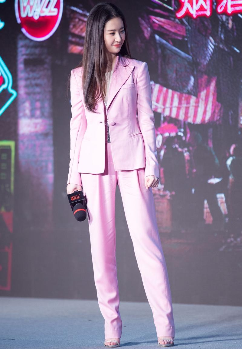 BST suit của mỹ nhân Hoa ngữ phong phú về màu sắc, từ gam màu trầm đến những màu nổi bật. Vốn không sở hữu chiều cao nổi bật, Lưu Diệc Phi ưu tiên những thiết kế ôm sát vừa vặn cơ thể để không bị dìm dáng.