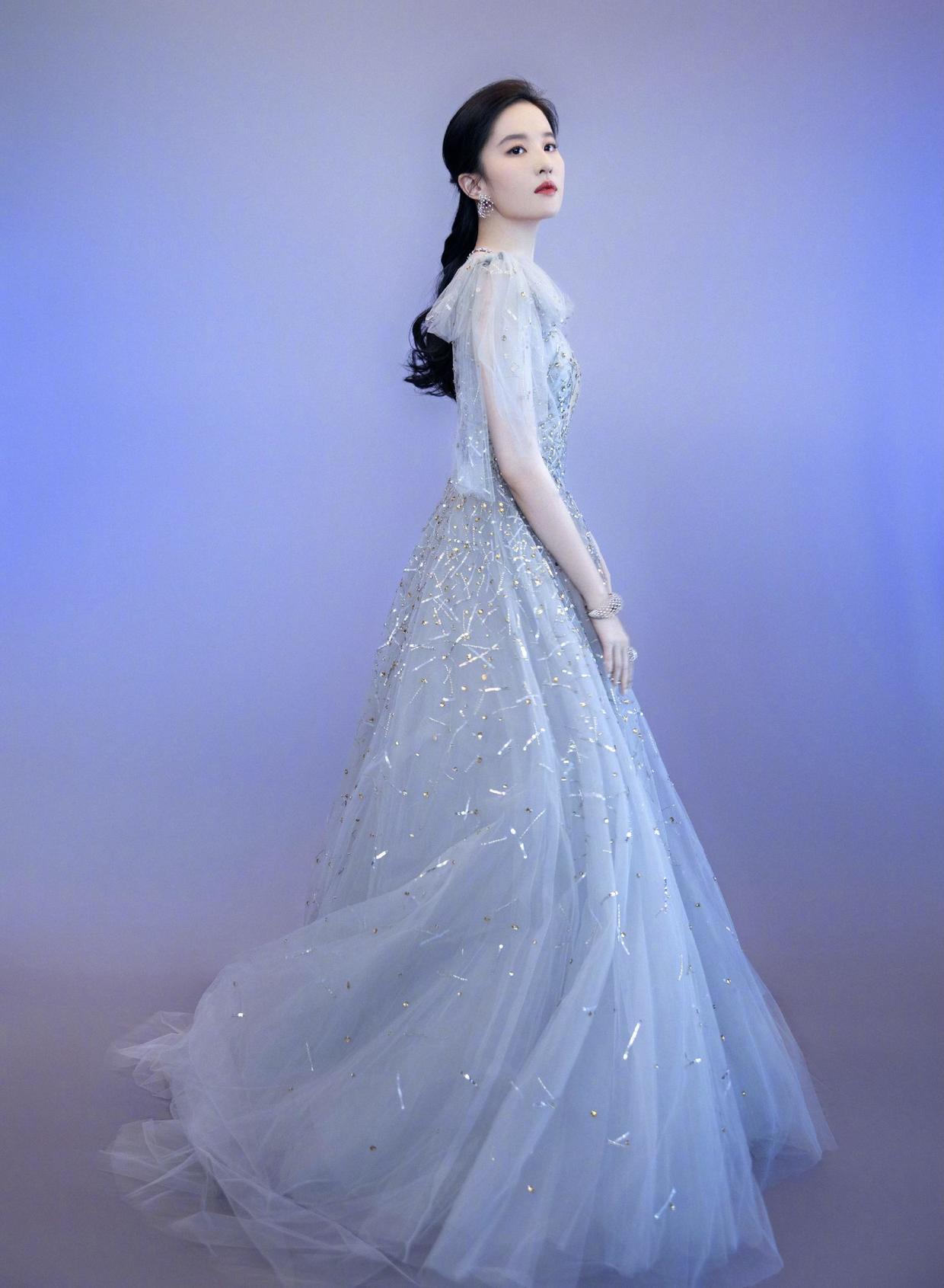 Lưu Diệc Phi mê mệt những thiết kế điệu đà, bay bổng trên những tạp chí thời trang danh tiếng cũng như thảm đỏ. Vóc dáng mong manh của cô rất thích hợp với váy có độ xòe rộng. Nữ diễn viên sinh năm 1987, cũng rất biết cách thu hút sự chú ý khi sử dụng phụ kiện tinh xảo.
