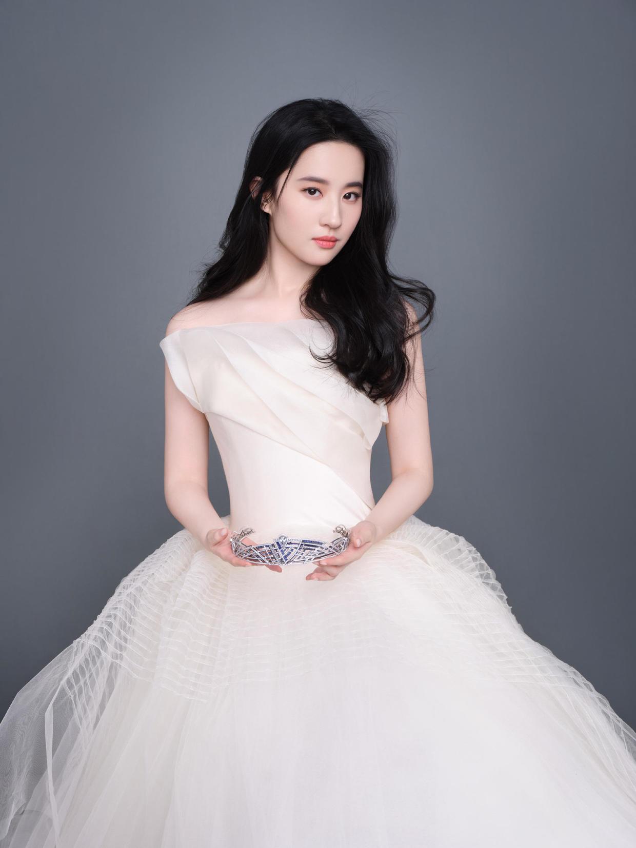 Váy tông trắng đã giúp Lưu Diệc Phi chiếm trọn trái tim khán giả khi hóa Tiểu Long Nữ, chính vì thế đây là màu sắc giúp cô thăng hạng nhan sắc.