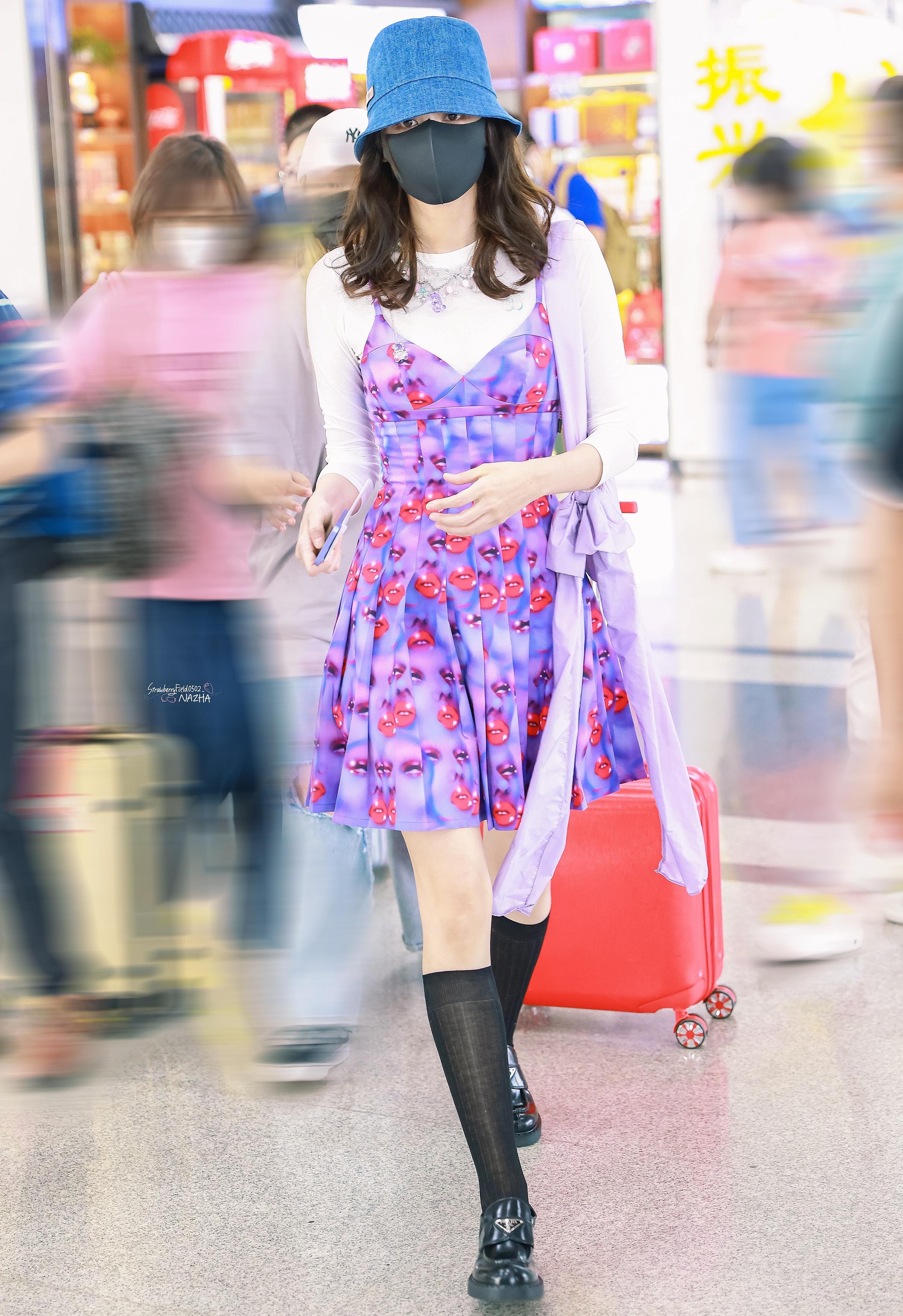 Mới đây, Cổ Lực Na Trát gây chú ý khi ra sân bay với set đồ tím lịm. Phong cách của nữ diễn viên gây tranh cãi vì kết hợp nhiều item không liên quan.