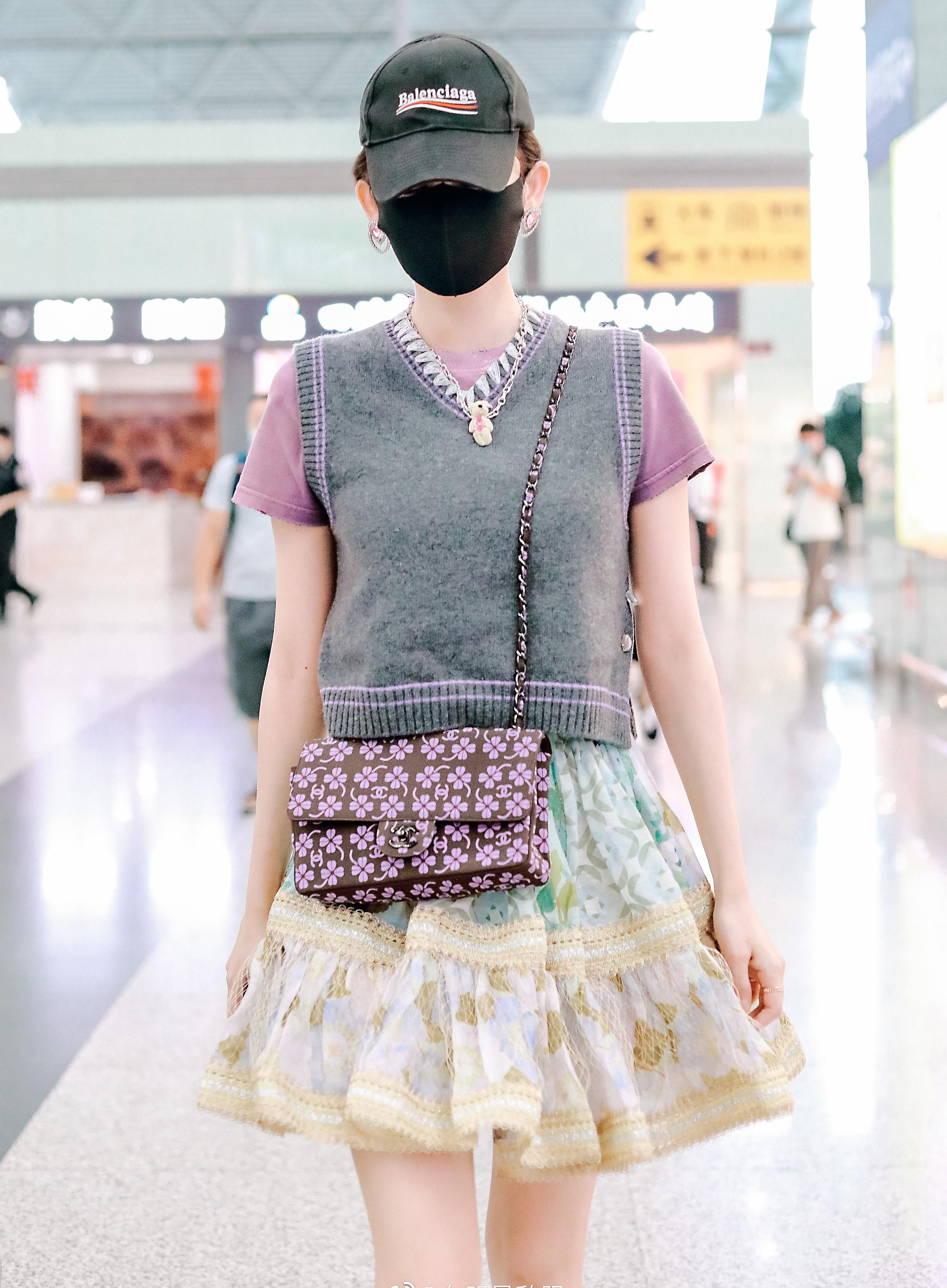Cách đây ít ngày, nữ diễn viên cũng chọn một set đồ cồng kềnh không kém để ra sân bay. Chân váy đáp ren bồng bềnh phối áo gilet len ông nội, túi Chanel hoa tím bị chê sến sẩm. Người đẹp còn thích đắp thêm các phụ kiện khuyên tai trái tim, vòng cổ gấu càng gây rối mắt.