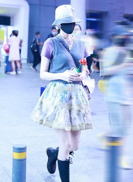 Cổ Lực Na Trát cầm hoa hồng dạo bước trong set đồ này càng thêm phần sến sẩm. Netizen nhắn nhủ nữ diễn viên đừng cậy có nhan sắc mà cái gì cũng đắp lên người.