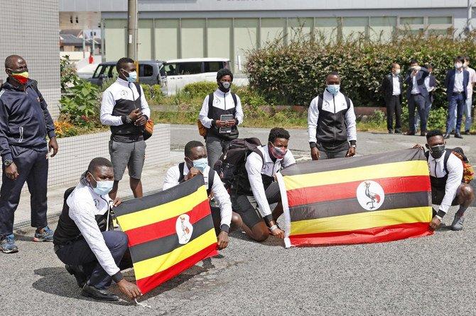 Đoàn Olympic Uganda chụp ảnh trước khách sạn thành phố Izumisano, Osaka. Ảnh: AP.