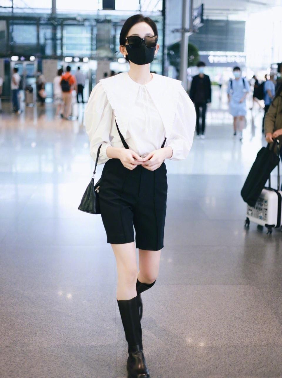 Bộ cánh đen - trắng mang lại vẻ sành điệu cho nữ diễn viên.