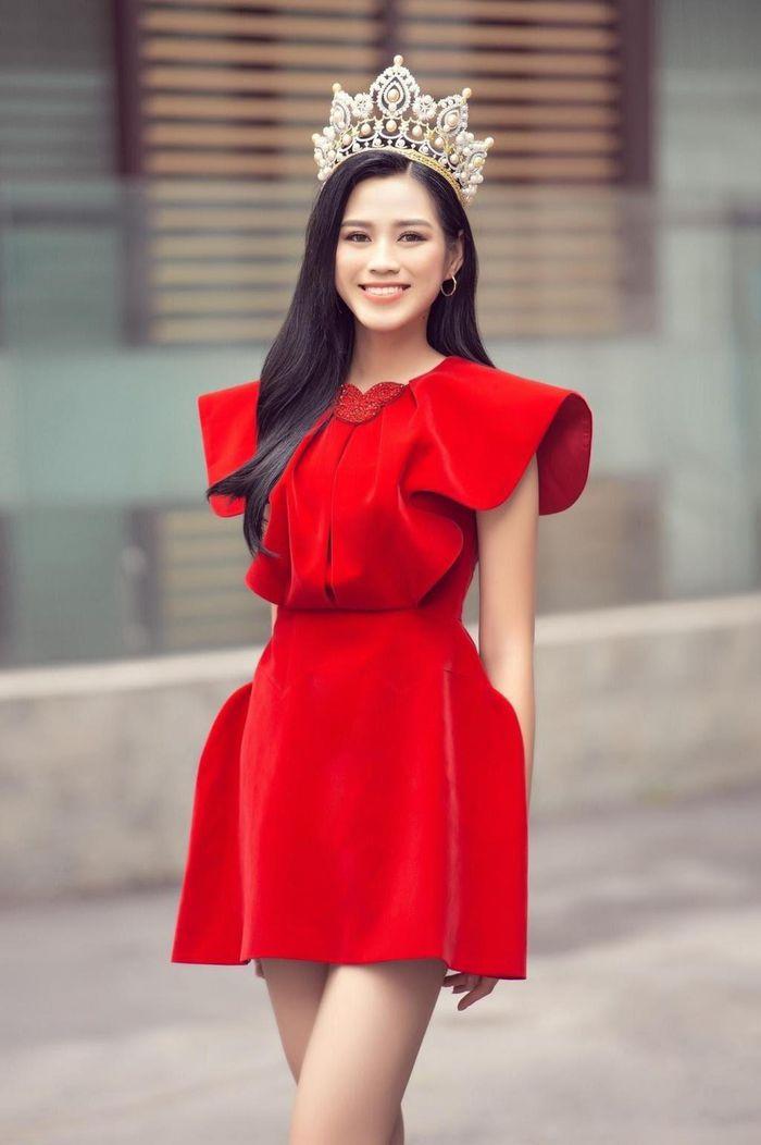 Với cách trang điểm, làm đẹp tối giản của Đỗ Thị Hà, nếu không có sự trợ giúp của những bộ đầm rực rỡ, cô có thể trông rất an toàn, thậm chí chìm nghỉm.