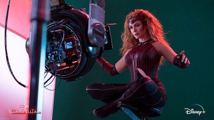 Cảnh bay trong WandaVision, diễn viên được nâng lên không trung bằng một chiếc ghế đỡ.