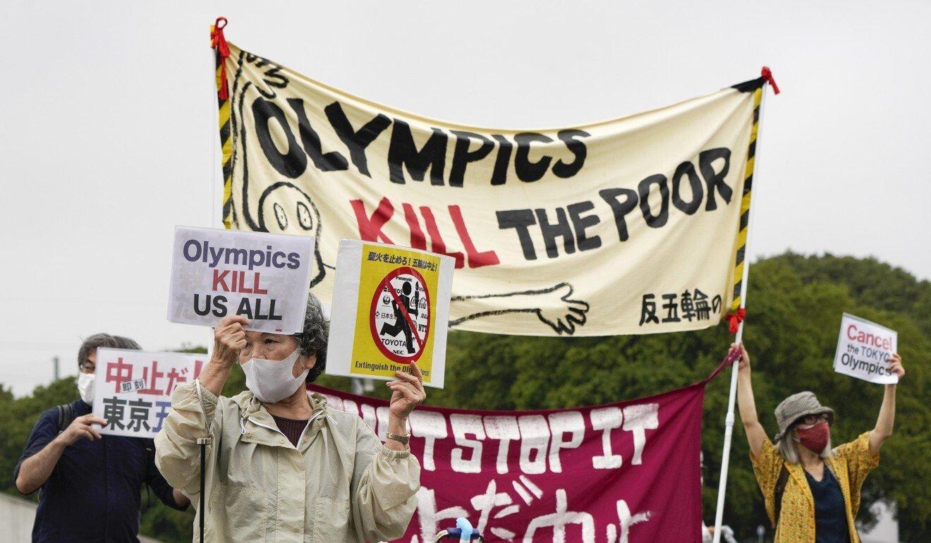 Người biểu tình phản đối Olympic Tokyo 2020 bên ngoài địa điểm tổ chức lễ công bố Ngọn đuốc Olympic tại Công viên Olympic Komazawa. Ảnh: EPA.