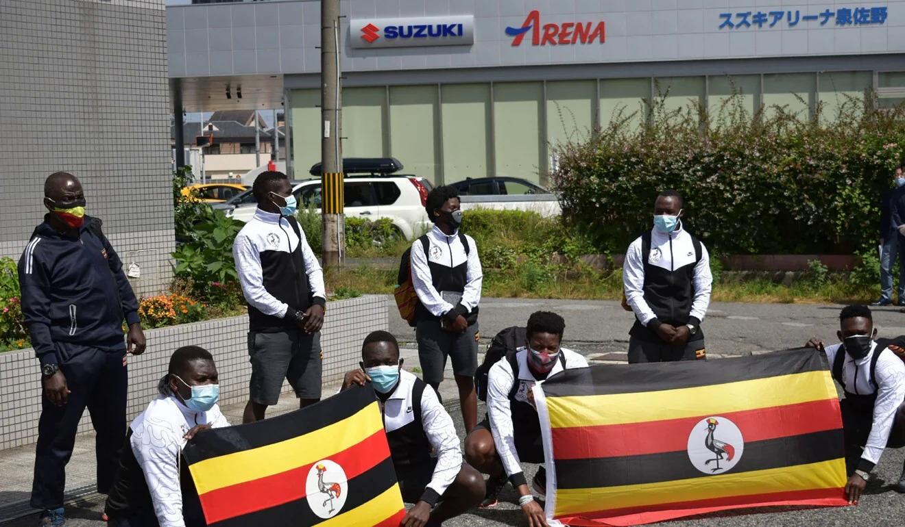 Thành viên tuyển Uganda chụp ảnh khi đến khách sạn ở thành phố Izumisano, Osaka. Ảnh: AFP,