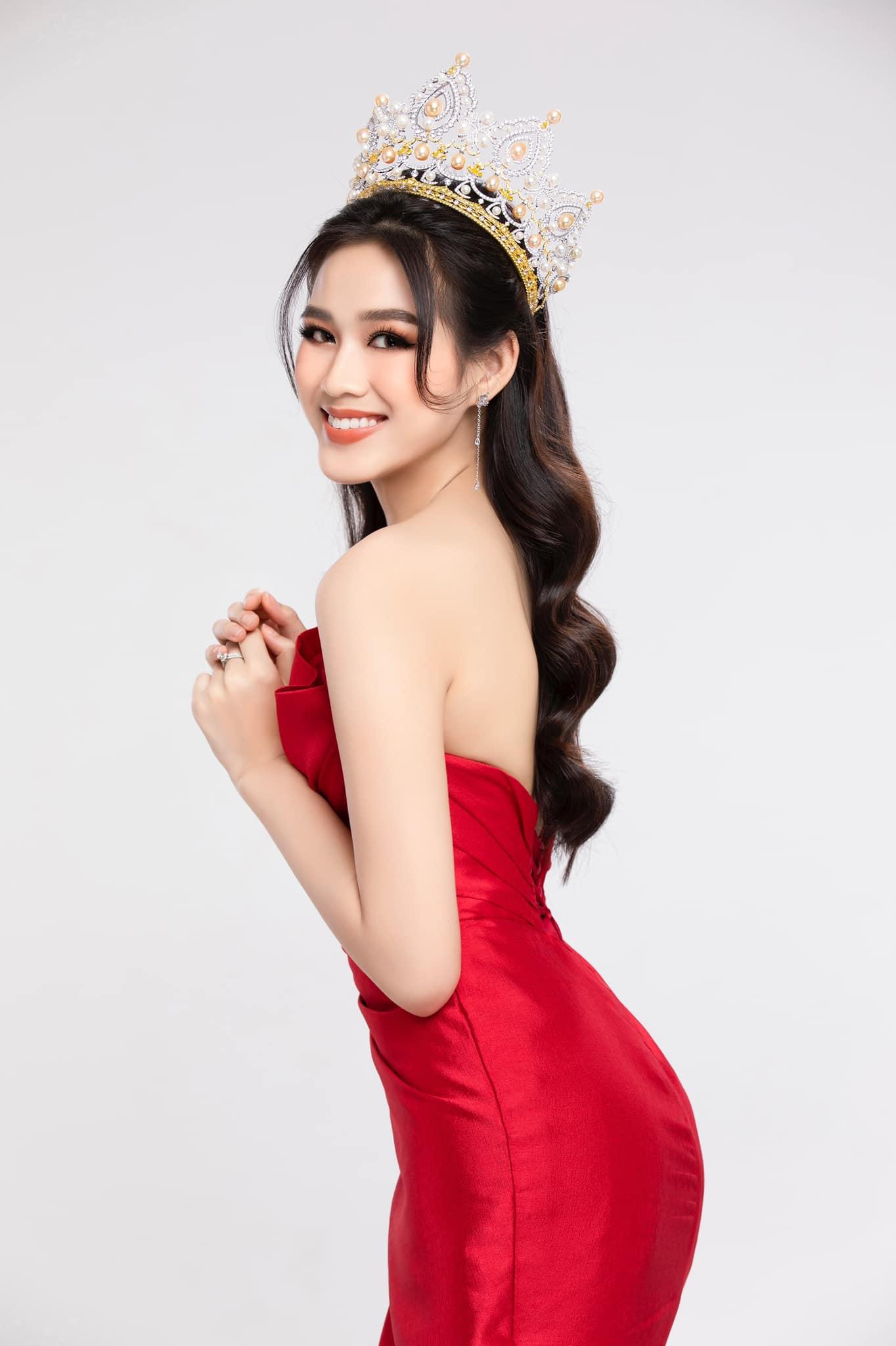 Trong bộ ảnh thời trang mừng tuổi mới, Đỗ Thị Hà đội vương miện, diện chiếc đầm quây với tông màu đỏ rực rỡ, tôn lên vẻ đẹp rạng ngời.