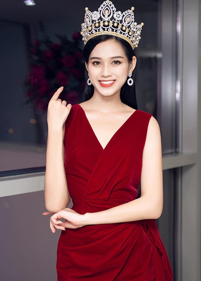 Bên cạnh đó, váy đỏ cũng thường tạo nét sang trọng, kiêu kỳ, giúp Đỗ Thị Hà trông trưởng thành hơn, làm nổi lên sắc vóc của một hoa hậu.