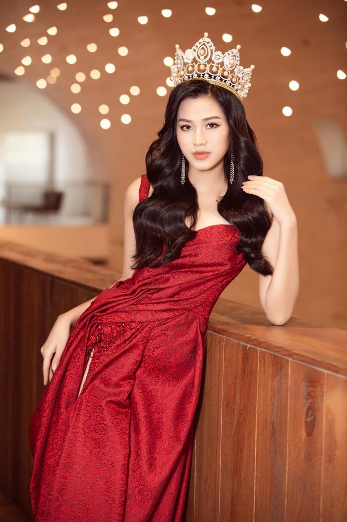 Vì mỹ nhân 10x thường trang điểm theo kiểu nhẹ nhàng, hiền dịu, váy đỏ là lựa chọn thông minh giúp diện mạo của cô nổi bật hơn, vẻ ngoài bớt nhạt nhòa.