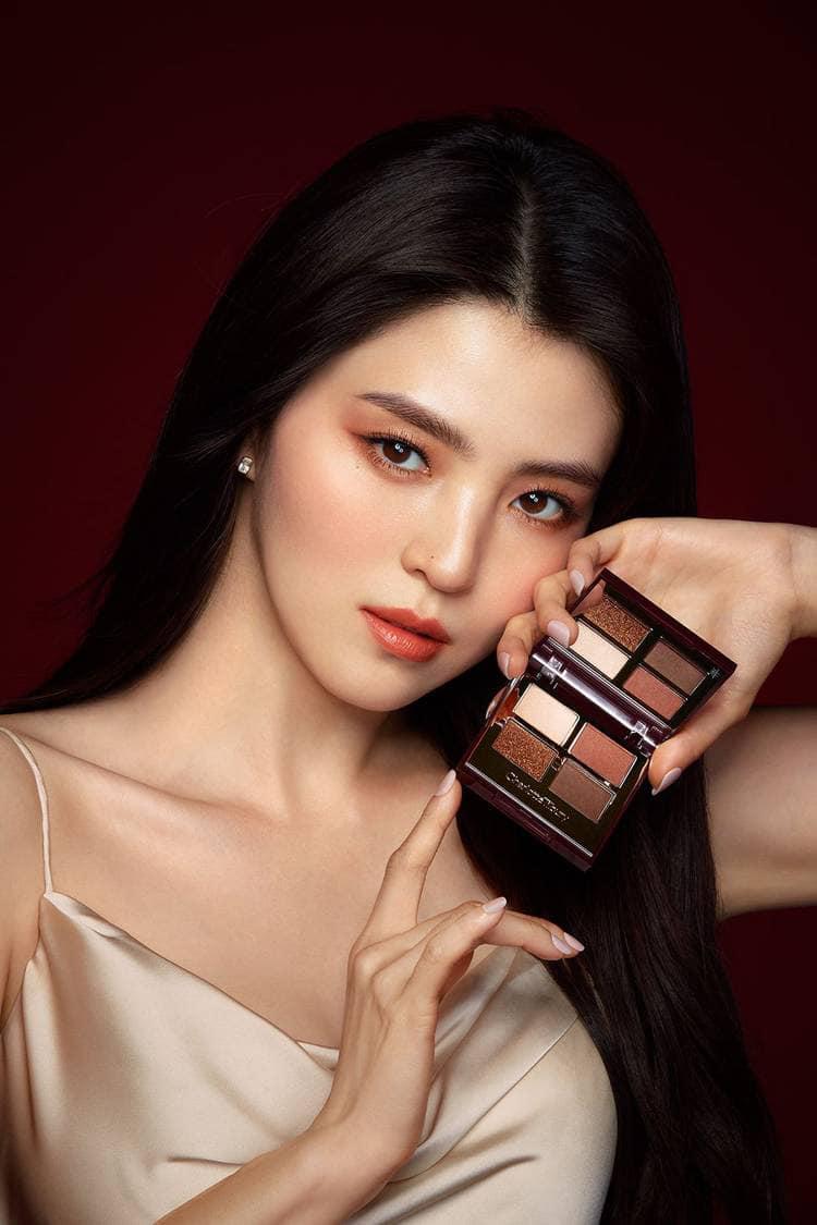 Từng được mệnh danh là bản sao Song Hye Kyo, Han So Hee giờ còn vượt qua cả bản gốc trong lĩnh vực quảng cáo. Năm 2020, cô được mệnh danh là nữ hoàng quảng cáo với nhiều hợp đồng nhất Kbiz nhờ sức nóng tên tuổi cũng như dung mạo hút mắt nhìn.