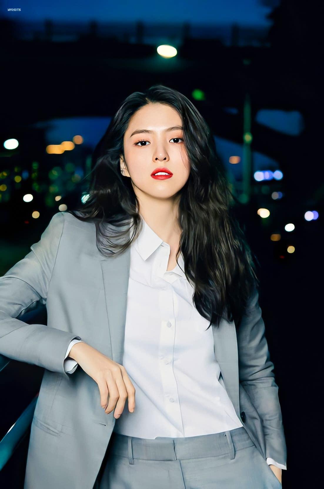 Mỗi lần tung ảnh quảng cáo mới cho các nhãn hàng, Han So Hee lại gây trầm trồ với hình ảnh xinh đẹp, mới lạ.