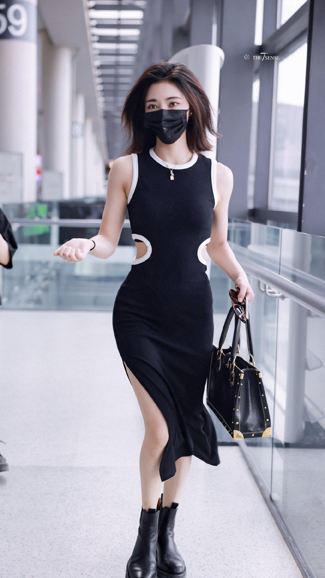 Ngày 22/7, Hứa Giai Kỳ trở về Bắc Kinh sau khi hoàn thành việc quay phim. Thành viên The9 biến sân bay thành sàn catwalk với chiếc váy bó sát khoe đường cong quyến rũ.