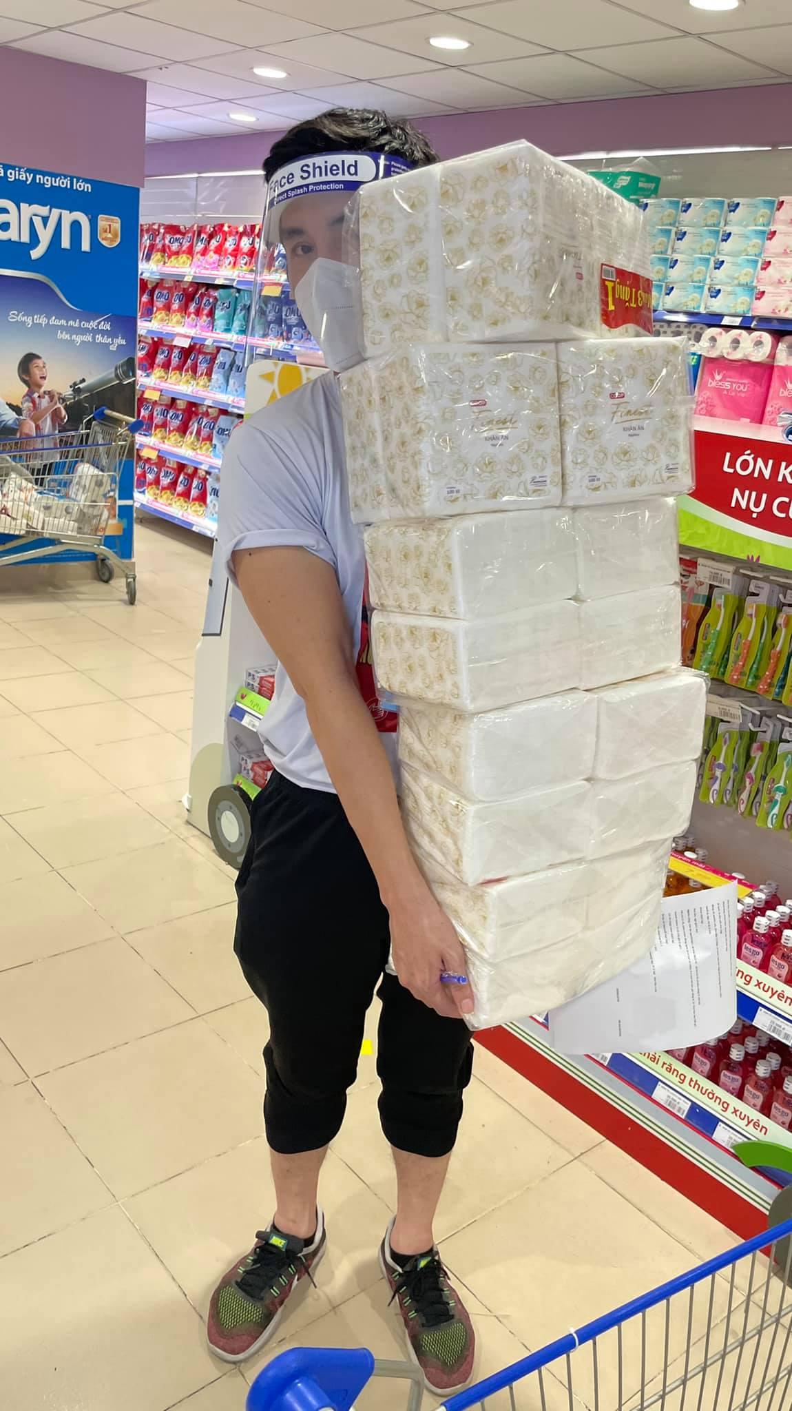 Hoàng Phi Kha đi siêu thị, mua đồ giúp người dân.