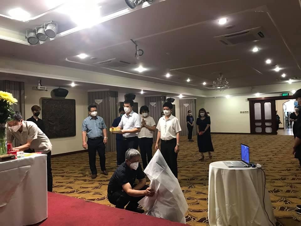 Thứ trưởng Nguyễn Trường Sơn cùng đoàn công tác Bộ Y tế thường trực tại TP HCM chia buồn với nữ sinh.