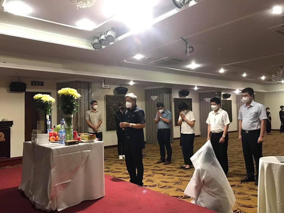 Thứ trưởng Nguyễn Trường Sơn cùng đoàn công tác Bộ Y tế tại TP HCM chia sẻ nỗi mất mát với gia đình em Anh. Ảnh: Bộ Y tế