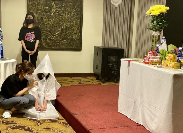 Nữ sinh Dương Thị Anh lập bàn thờ vọng cha tại TP HCM khi đang đi chống dịch.