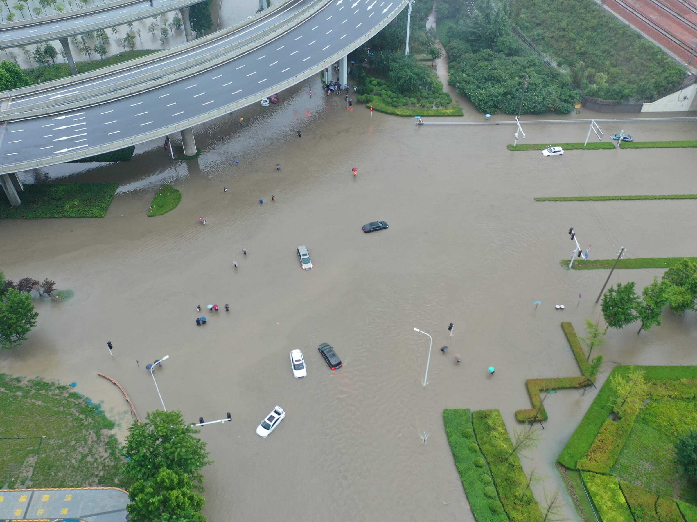 Những hình ảnh xót xa về trận lũ nghìn năm có một ở Trung Quốc - 5
