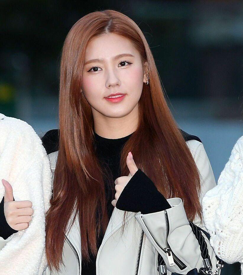 Mặc dù vậy, trong những bức ảnh cận mặt từ ống kính phóng viên, Mi Yeon không thực sự sắc sảo và hoàn hảo như trong ảnh đã được chỉnh sửa kỹ.