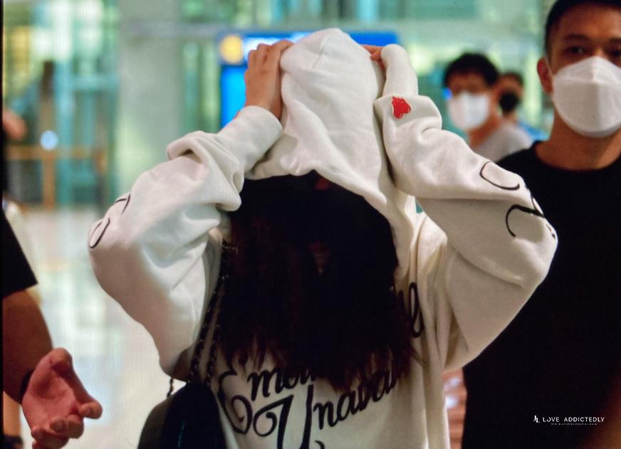 Cô liên tục ôm đầu...